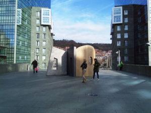 Escultura en la explanada torres Isozaki, Bilbao.